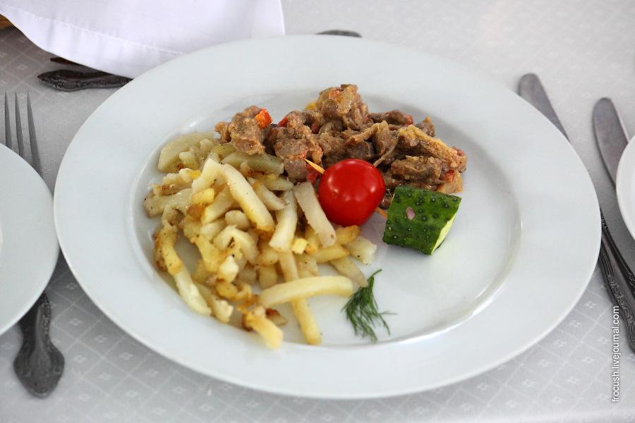 Скоблянка по-купечески (свиная вырезка, болгарский перец, помидоры, чеснок, грибы, сметана, майонез). Картофель жареный с луком.