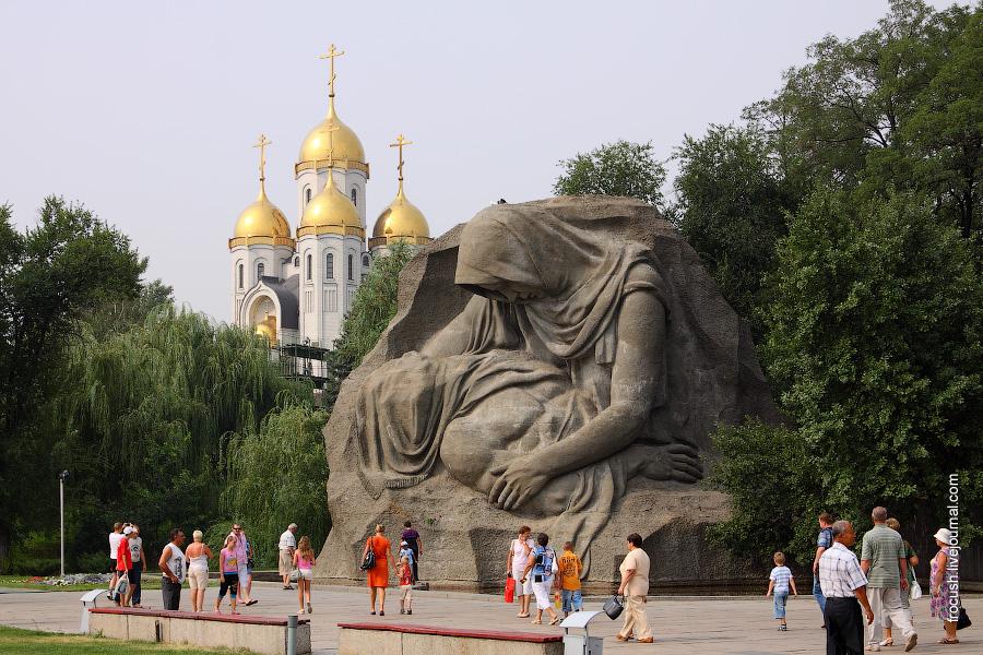 Монумент «Скорбящая мать» У подножия монумента расположено «Озеро Слез»