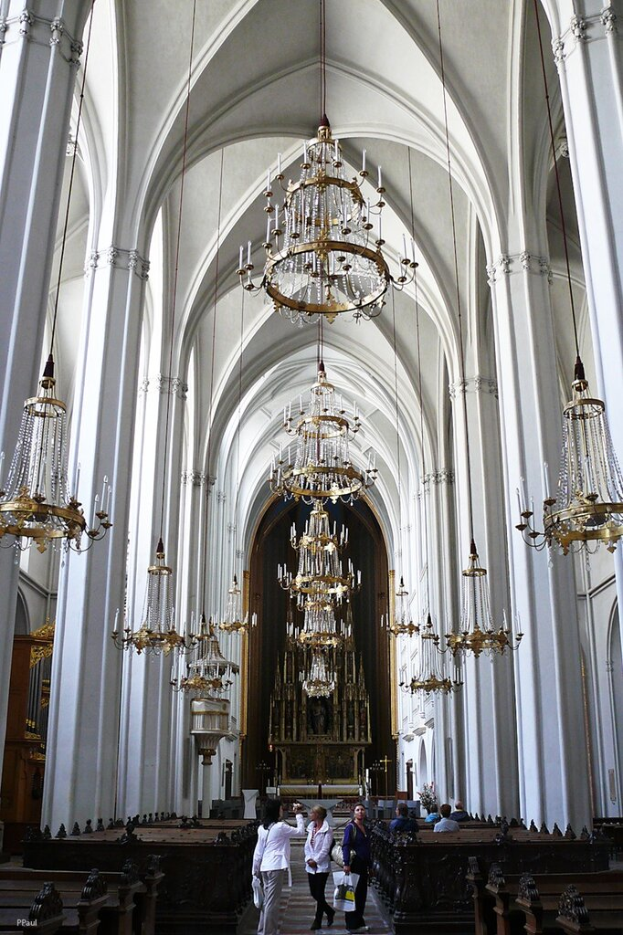 Аугустинеркирхе являлась ранее придворной церковью, в которой проходили императорские венчания Габсбургов. Она расположена в Хофбурге рядом с Национальной Библиотекой.