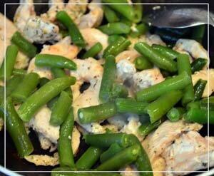 Обжарить курицу и фасоль для салата