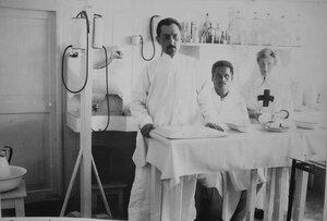 Медицинский персонал в операционной баржи-лазарета Мраморного дворца