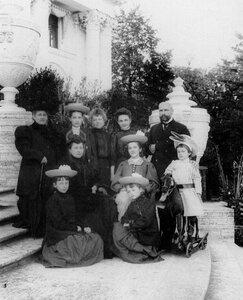 Председатель Совета министров П.А.Столыпин с семьей на террасе Елагина дворца.