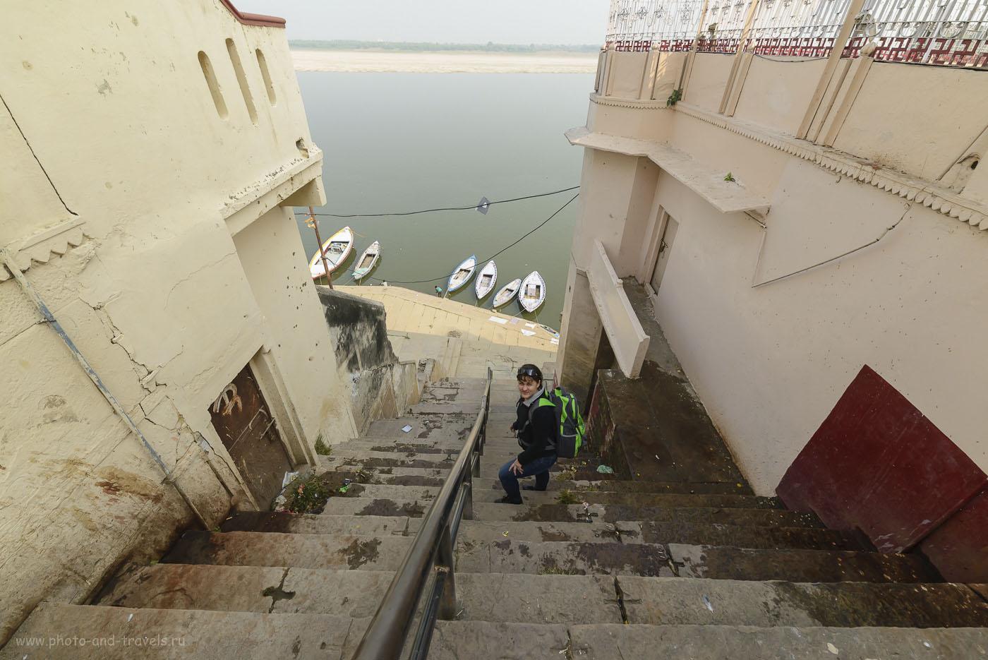 Фото 2. Отзыв о поездке в Варанаси в Индии. Ступени у гхата Асси (Assi ghat). Никон Д610, Самъянг 14/2,8. Настройки фотоаппарата: 1/800, 7.1, 800, 14.