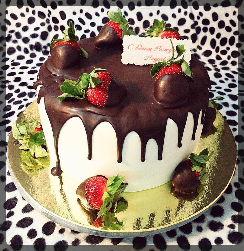 Украсить торт клубникой и шоколадом