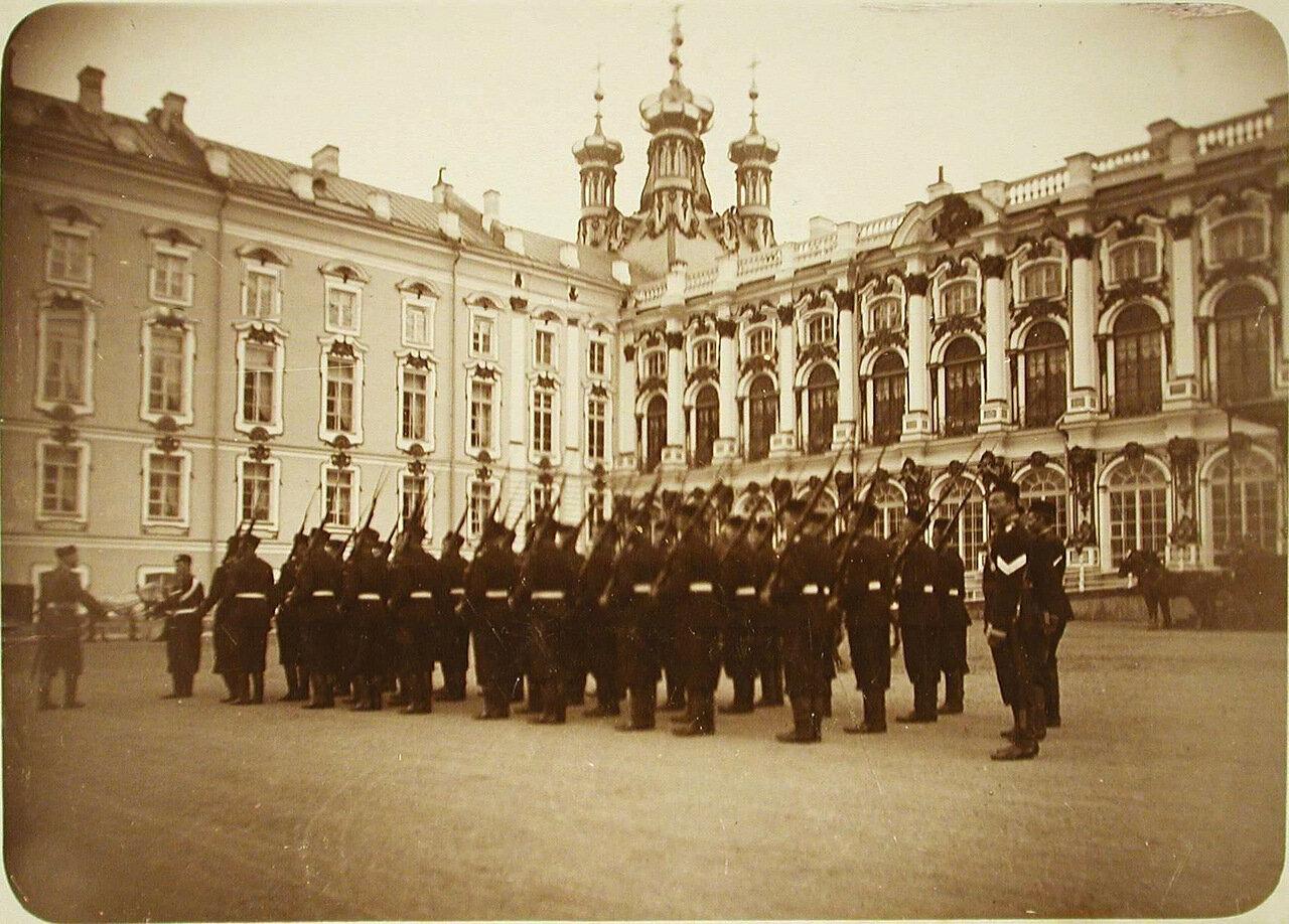 17. Солдаты одного из гвардейских полков на плацу у Екатерининского дворца