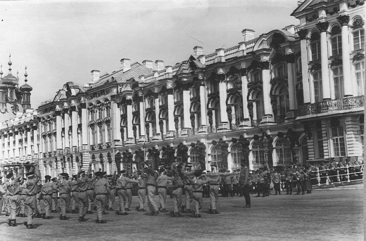 12. Воспитанники исполняют гимнастические упражнения на площади перед Екатерининским дворцом