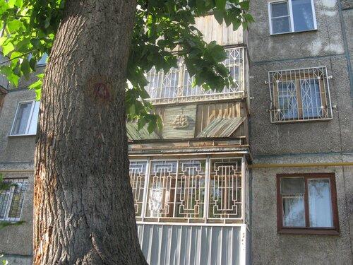 балкон и дом и парусник