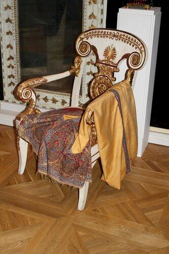 Кресло и шаль