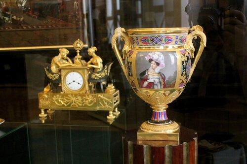 Каминные часы и ваза
