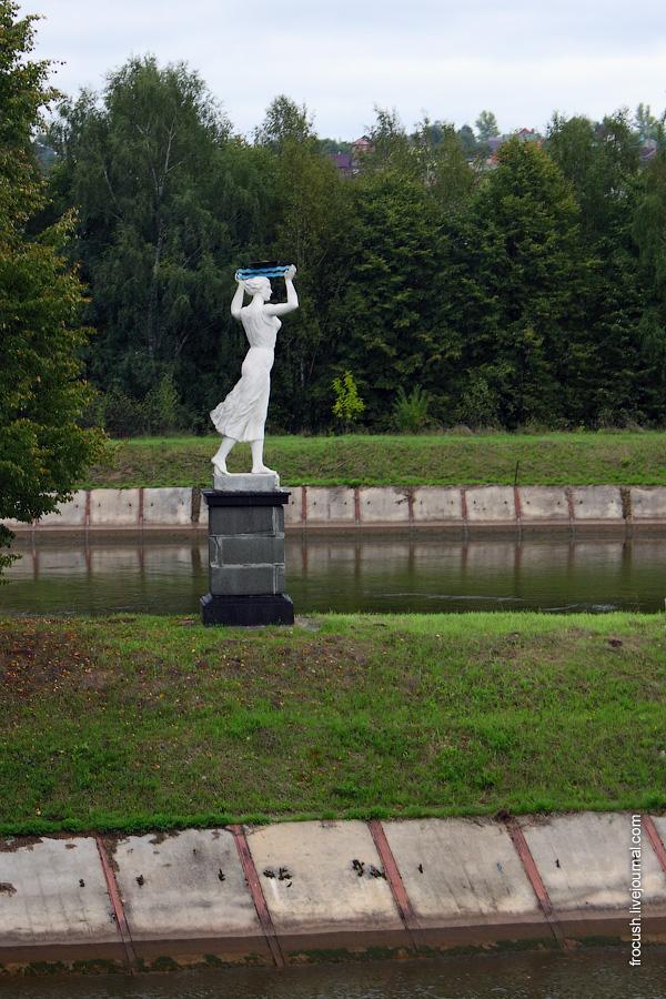 Скульптура девушки с корабликом на верхнем бьефе шлюза №5
