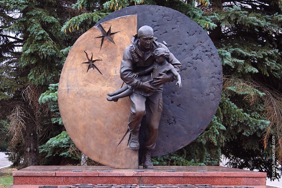 Памятник Герою России Дмитрию Разумовскому, погибшему в Беслане при освобождении заложников