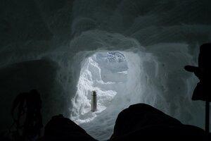 внутри снежной пещеры, вид на выход