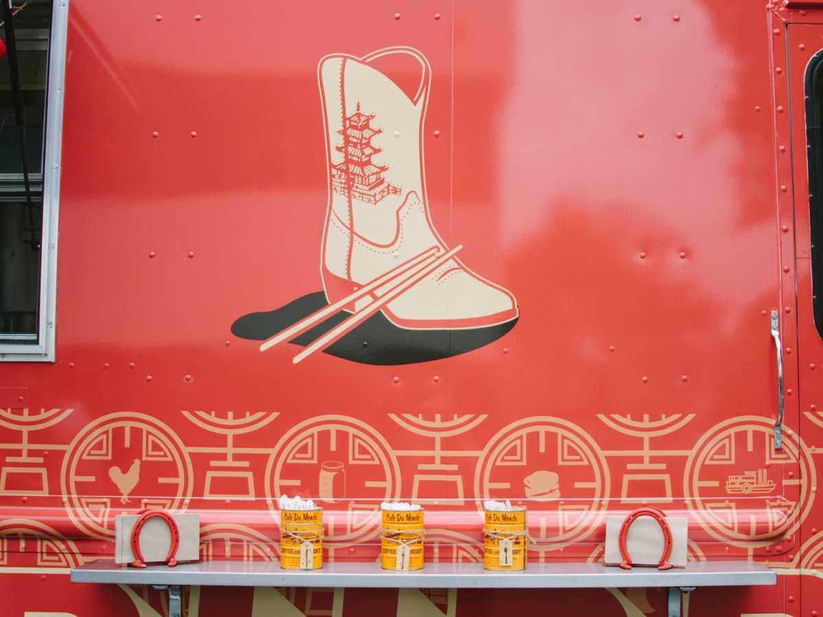 17. Причудливый внешний вид грузовика отражает влияние обеих культур.