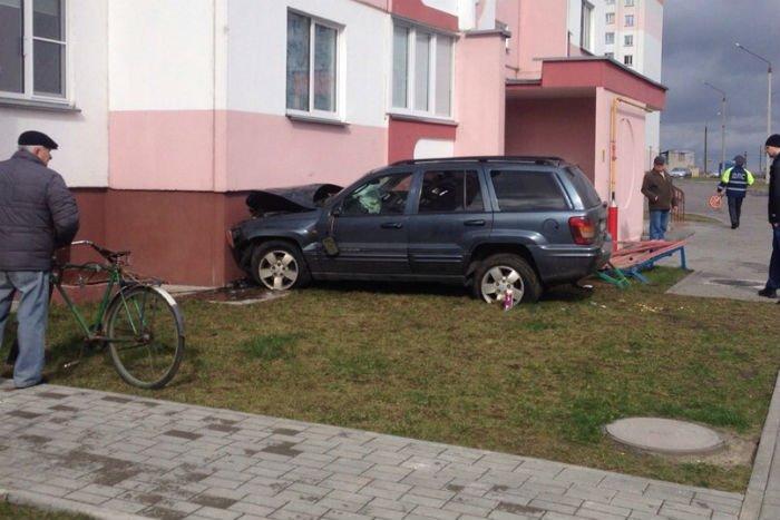 В гомельском дворе Jeep сбил пешехода и врезался в дом- водитель погиб у пешехода тяжелые травмы