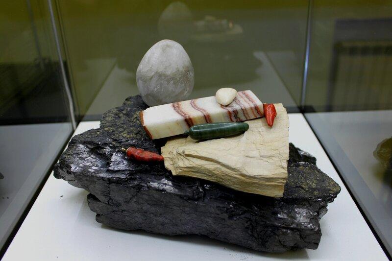 Яйцо, сало и перец из природного камня