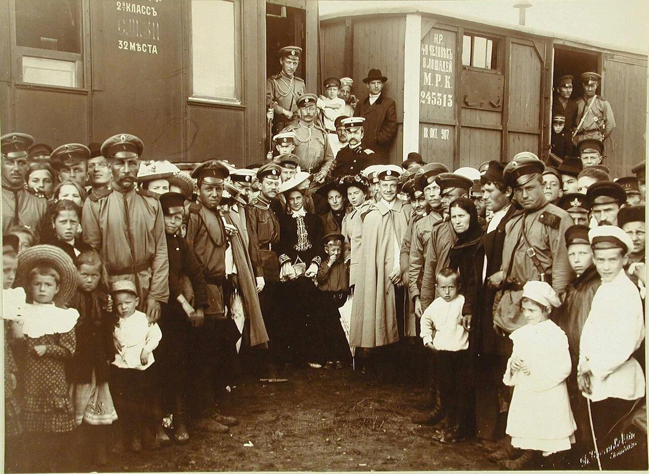 19. Участники смотра артиллерийских частей, члены их семей и провожающие перед вагоном в ожидании отправки воинского эшелона.