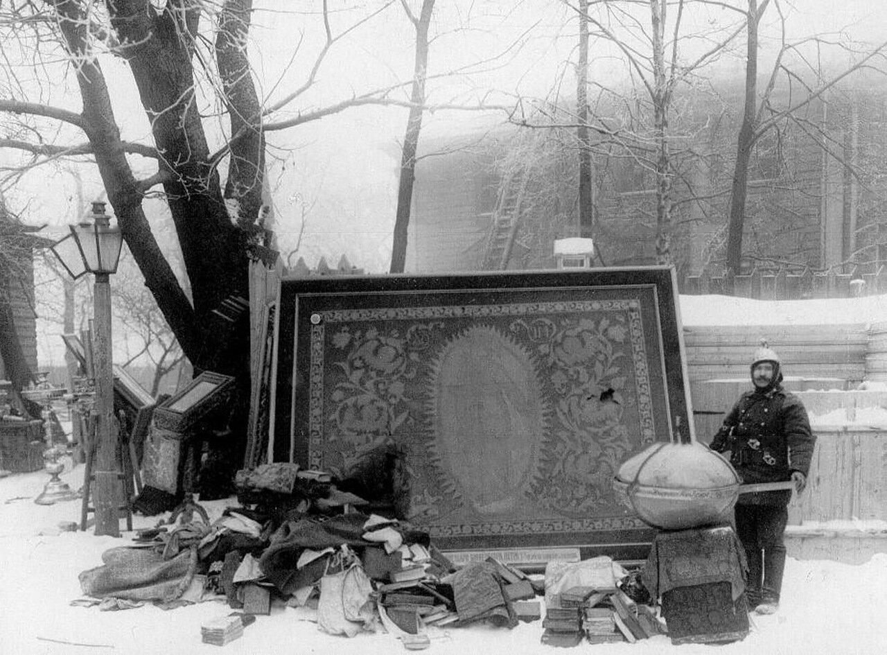 06. Вещи, вынесенные из собора Пресвятой Троицы после пожара. 7 февраля 1913 г