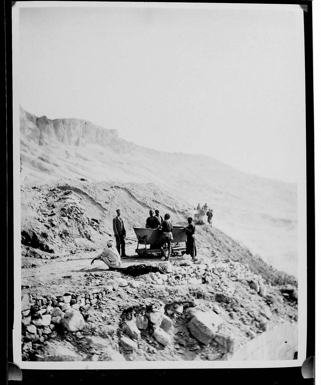 Картер работает на раскопках в Дейр-эль-Бахри
