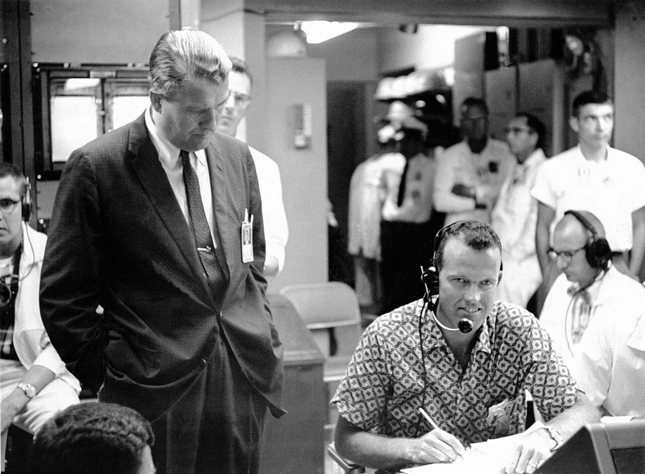 1965. Д-р Вернер фон Браун и Л. астронавт Гордон Купер