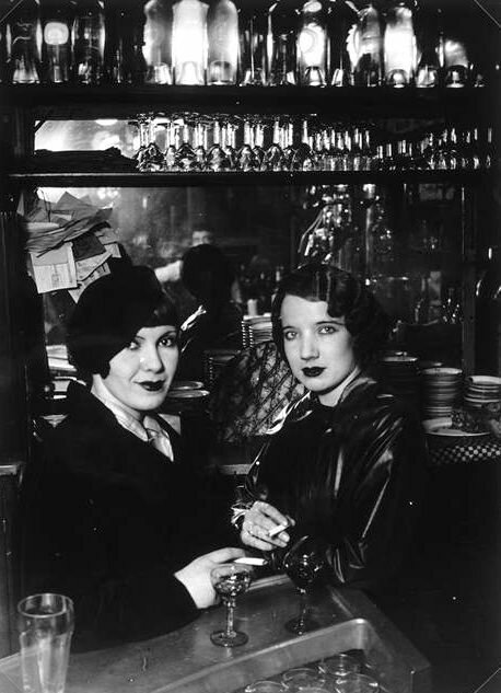 1932. Проститутки в баре на бульваре дё Рошешуар, Монмартр, Париж