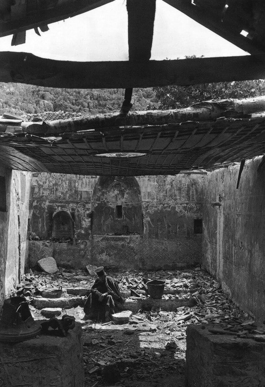 1913. Кастри, Превеза.  Священник в разоренной войной церкви