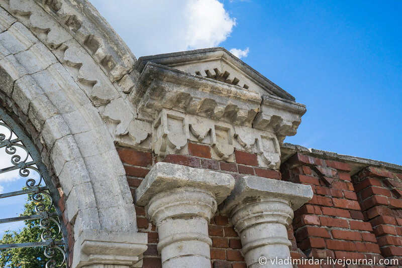 Архитектурные детали Восточных ворот Крестовоздвиженского монастыря