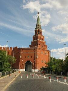 Отсюда выезжают из Кремля сильные мира сего
