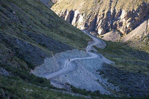 Человек идущий по горной дороге