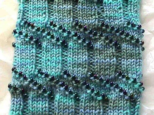 Описание: вязание спицами шарфа для начинающих.