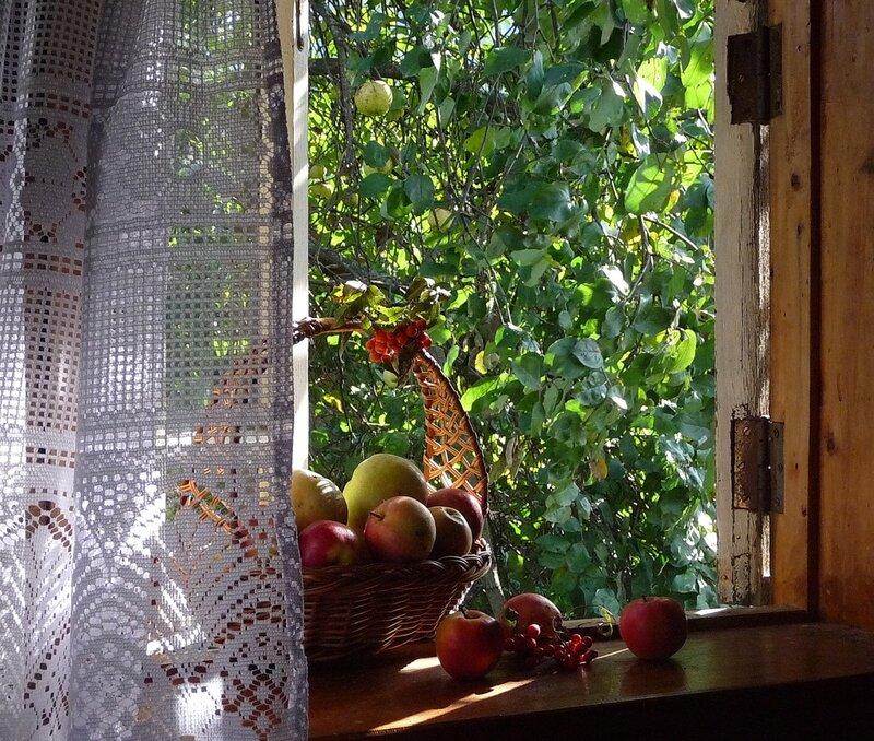 Домик, окнами в сад.