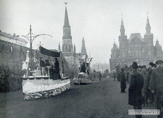 Агитавтомобили с макетами кораблей на Красной площади в Москве 7 ноября 1922 года..jpg