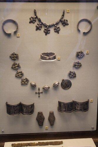 Ожерелья (1), витые и створчатые браслеты (2), денежные гривны киевского типа (3)