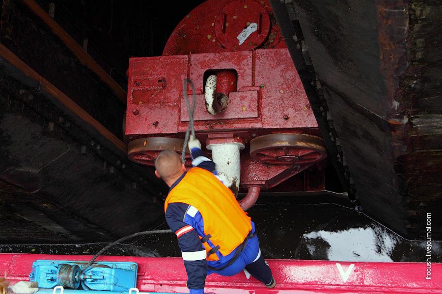 Теплоход «Сергей Кучкин» в камере шлюза верхнего бьефа Городецкого гидроузла
