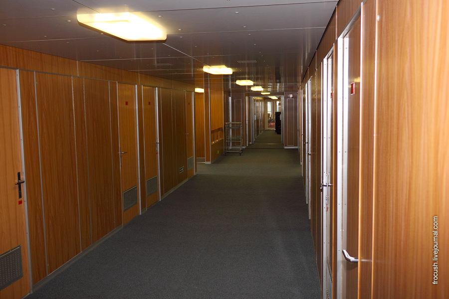 Коридор в кормовой части шлюпочной палубы теплохода «Михаил Фрунзе»