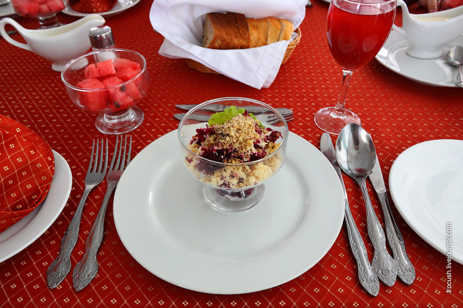 Салат из свеклы с чесноком, сыром и грецкими орехами