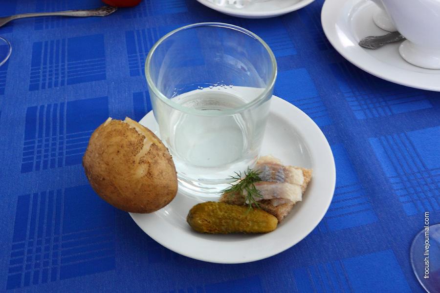 Водка, соленый огурец, картошка, черный хлеб, селедка