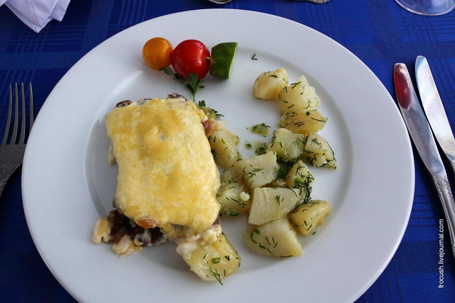 Сэндвич из языка (с ветчиной и маринованными огурцами, с чесноком и сыром), свежие овощи, картофель отварной.