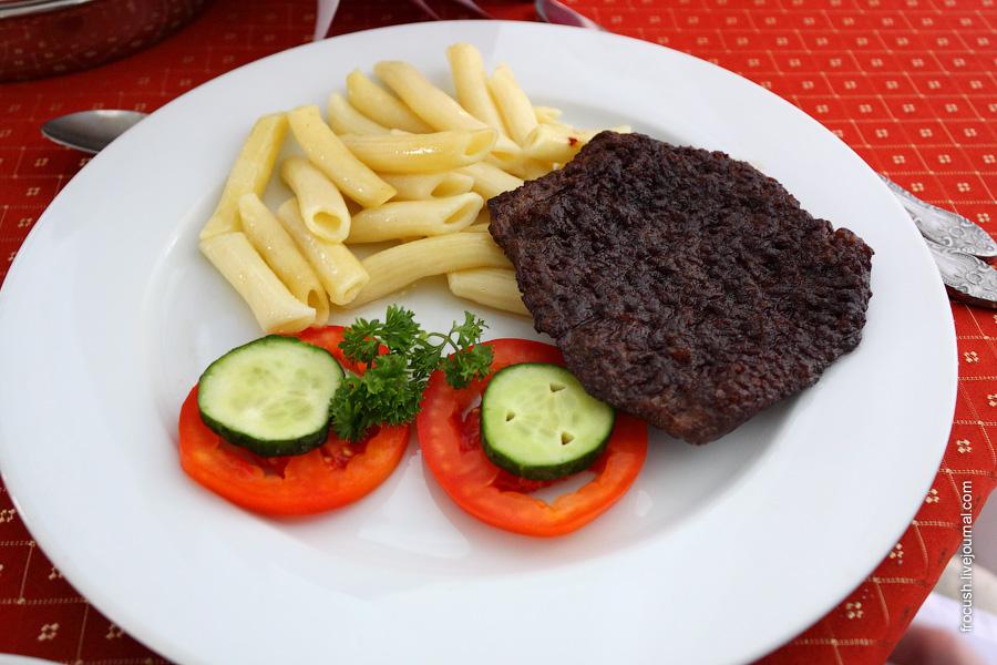 Жареное мясо с макаронными изделиями и свежими овощами