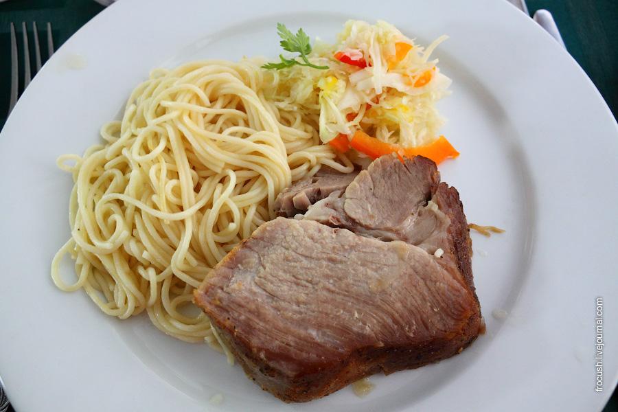 Свинина по-домашнему, овощи свежие, спагетти отварные