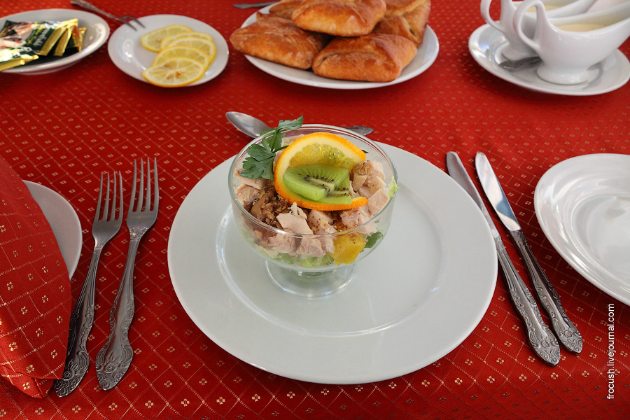 Салат «Колибри» (курица отварная, шампиньоны, апельсины, чеснок, грецкие орехи, майонез с йогуртом)