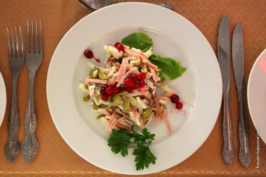Салат «Русский букет» (говядина, ветчина, картофель, яблоки, огурцы консервированные, зеленый горошек, майонез, яйцо)
