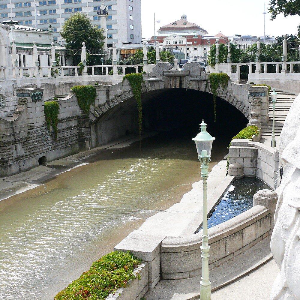 STADTPARK.В районе парка воды реки Вены оформлены набережными в стиле модерн (архитектор Ф.Оман).