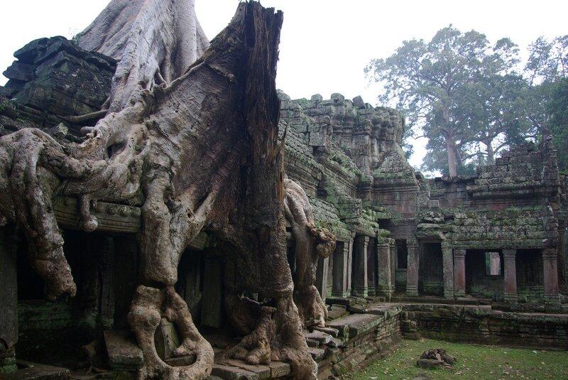 Рассвет фотографировали над храмом та промом