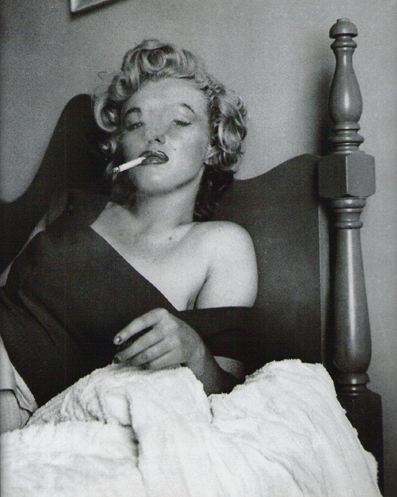 женщина с сигаретой. Marilyn Monroe