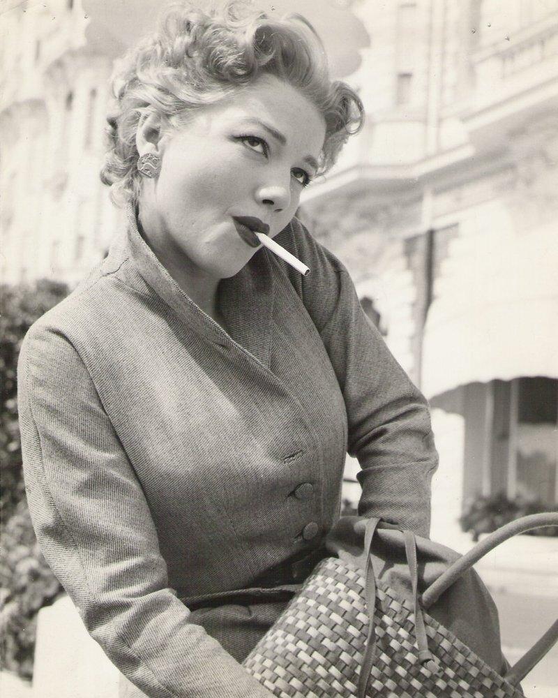 женщина с сигаретой. Anne Baxter