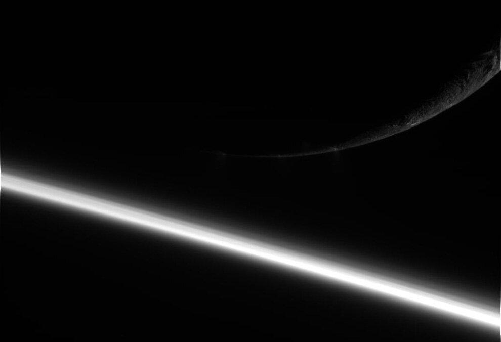 Сатурн и его спутник Энцелад