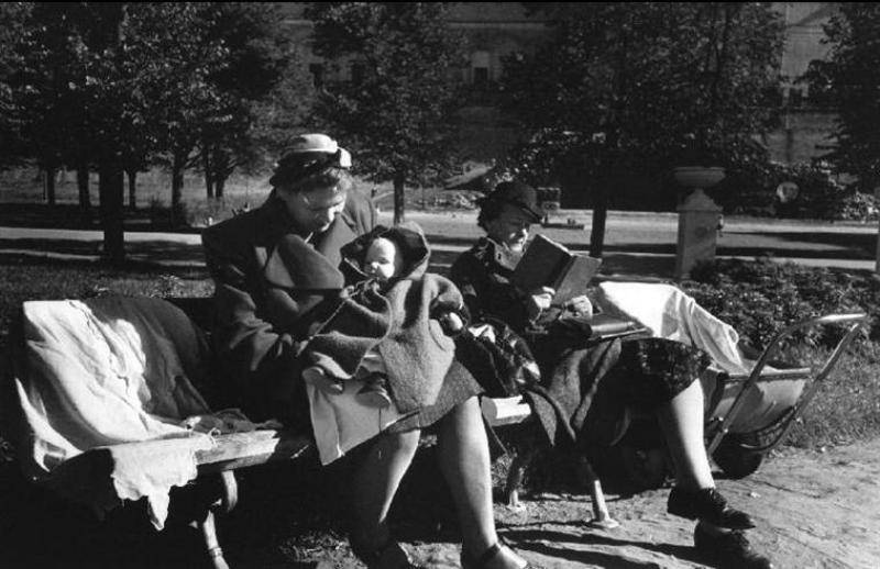 Moscow. 1947. Women and child on a park bench4.jpg