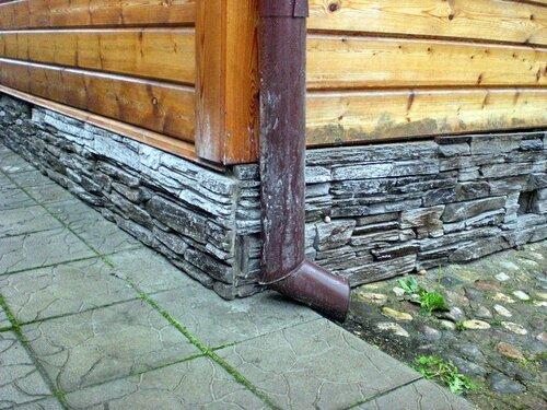 Отделка фасадов ДИКИЙ КАМЕНЬ на цоколе деревянного здания