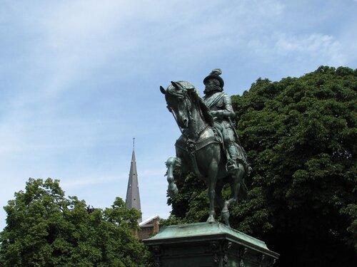 памятник первому голландскому королю Вильгельму Оранскому