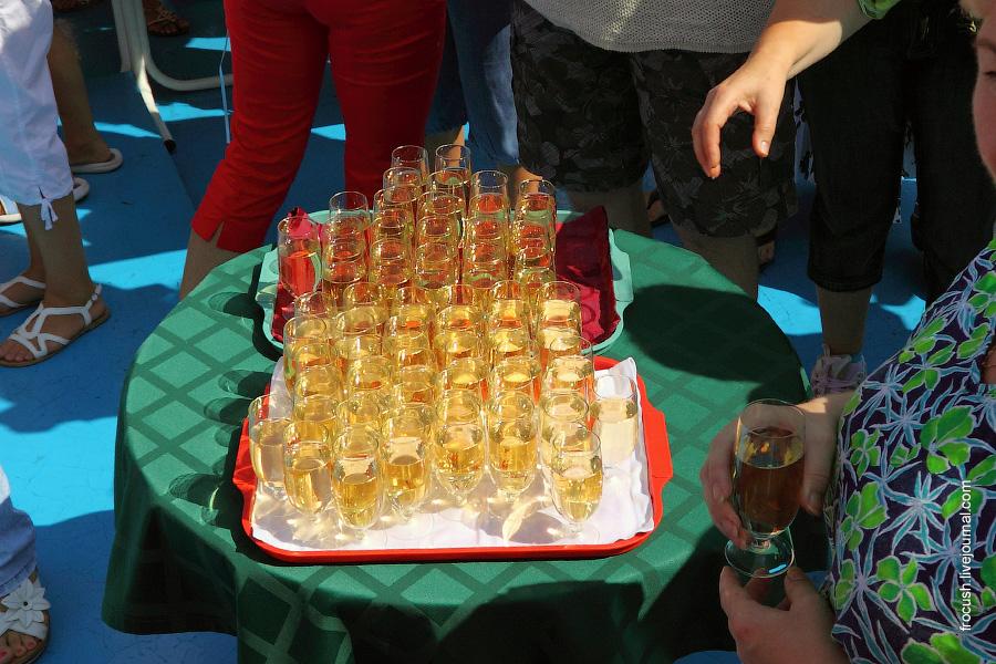 12 августа 2010 начало круиза Москва — Астрахань — Москва на теплоходе «Сергей Кучкин». Приветственный капитанский коктейль на солнечной палубе.